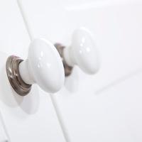 Białe uchwyty szafek z kolekcji Classic by PlusBaby - all white